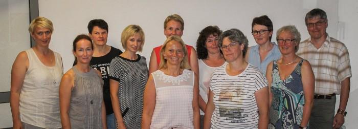 Schulelternratsvorsitzende Frau Bianka Arkenau (5. von links, vorn) und ihre Vertreterin Frau Anne Köster (4. von rechts) im Kreis der übrigen Mitglieder