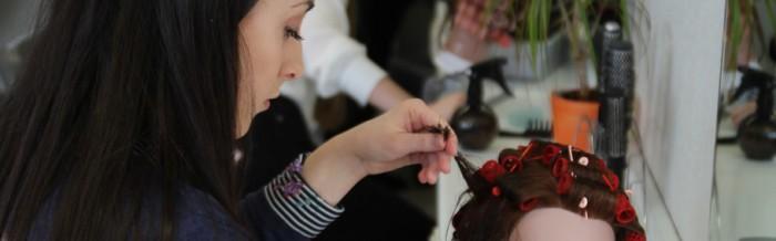 Angehende Pflegeassistenten lernen Frisurstyling für Pflegebedürftige