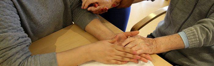 Handmassage als Zeichen der Nächstenliebe